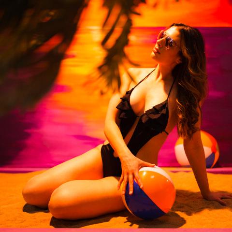 woman on beach with beach ball at snap foto club
